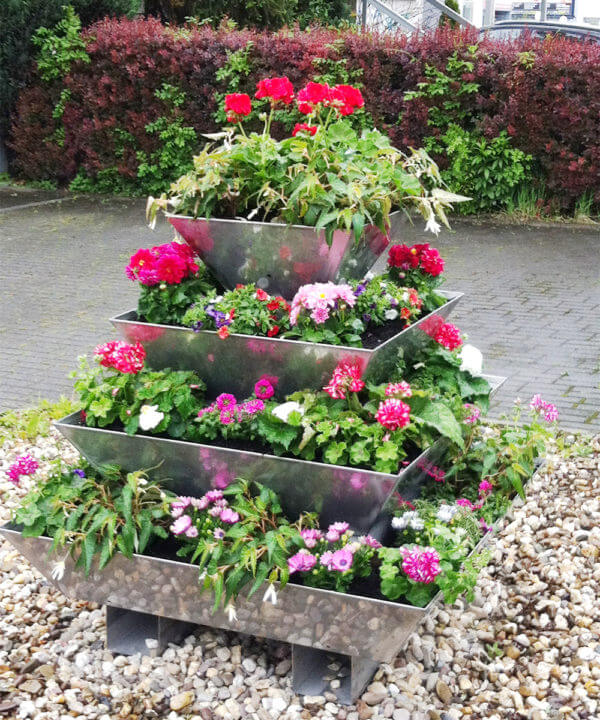 Pflanzpyramide aus Edelstahl für den Garten
